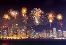 Bắn pháo hoa trên vịnh Victoria ở Hồng Kông vào dịp Tết Nguyên Đán
