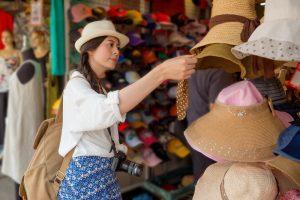 Mua nón ở chợ Hồng Kông