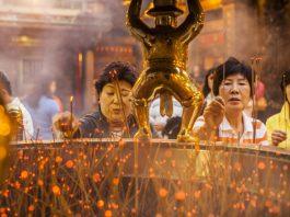 Người dân lễ phật tại chùa Long Sơn - Đài Loan